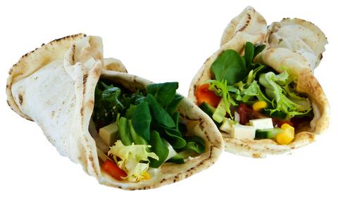 Gefüllte Fladenbrote mit Gemüse und Käsewürfeln