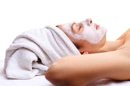 Eine nährende Maske tut trockener Haut von Zeit zu Zeit gut